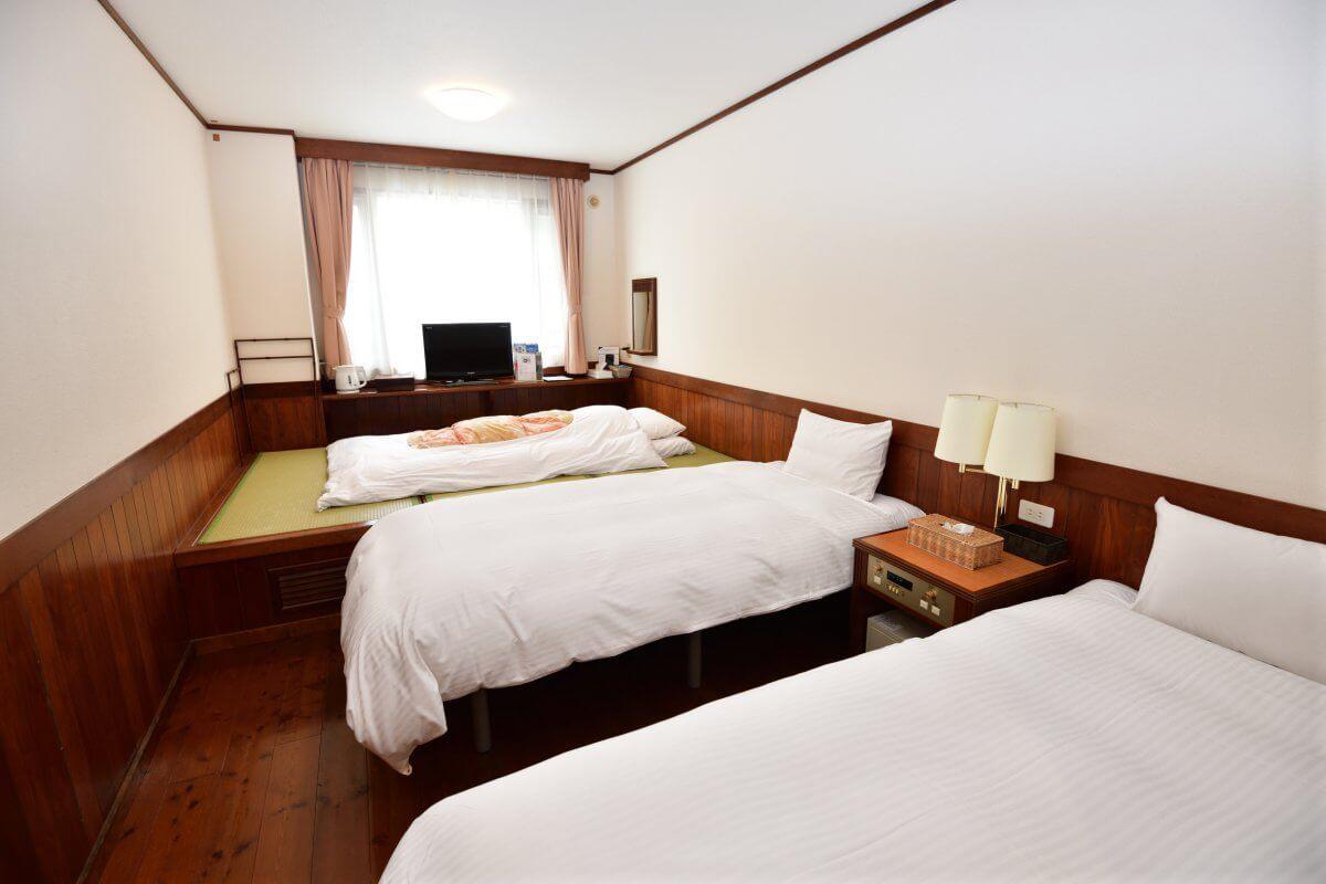 和洋室C ( ツインベッド+3畳 ):布団。お布団を敷いて、3名でご宿泊いただけます。